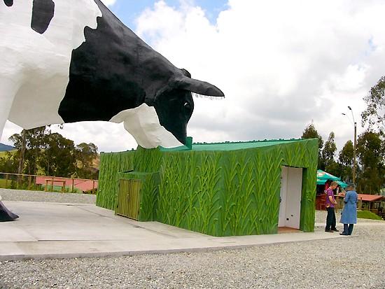 La bovina buŝo estas ene de dometo kien la spektontoj eniras por esti 'manĝataj'.